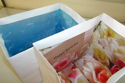 内側が華やかな紙袋。